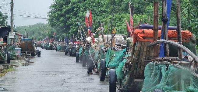 Nghệ An: Tàu thuyền tìm nơi neo đậu, người dân căng mình ứng phó bão số 7   - Ảnh 6.