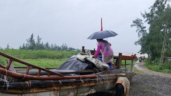 Nghệ An: Tàu thuyền tìm nơi neo đậu, người dân căng mình ứng phó bão số 7   - Ảnh 7.
