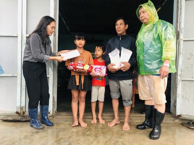 Báo NTNN/Điện tử Dân Việt tiếp tục nhận hỗ trợ đồng bào chịu ảnh hưởng lũ lụt miền Trung - Ảnh 1.