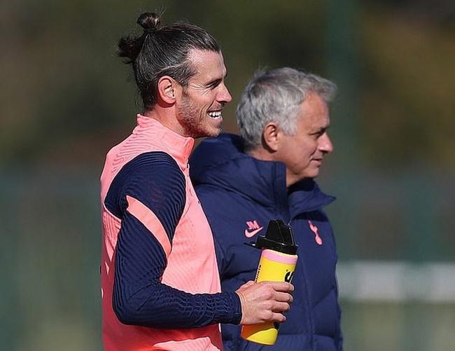Bale muốn đá cánh phải, vị trí của Moura