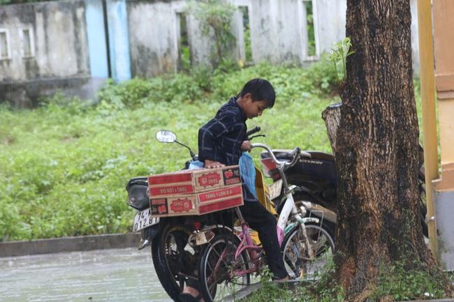 1000 suất quà cứu trợ của báo NTNN đến được với người dân Quảng Trị  - Ảnh 12.