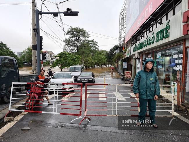Người Huế tiếp tục lội bì bõm, bơi thuyền trong phố vì mưa ngập nặng nề - Ảnh 11.