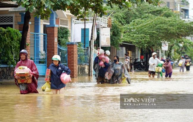 Người Huế tiếp tục lội bì bõm, bơi thuyền trong phố vì mưa ngập nặng nề - Ảnh 1.