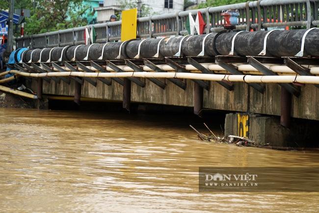 Người Huế tiếp tục lội bì bõm, bơi thuyền trong phố vì mưa ngập nặng nề - Ảnh 12.