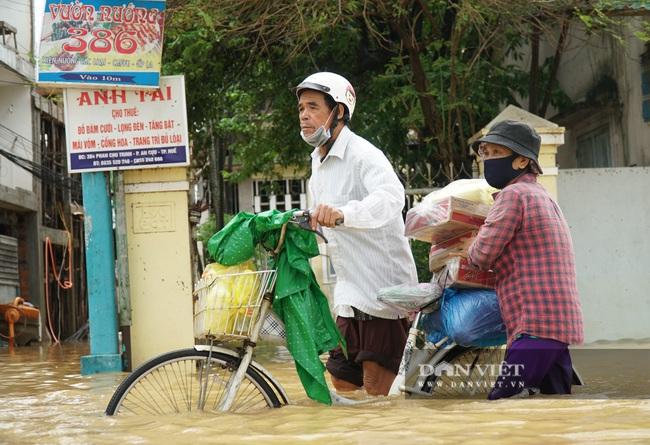 Người Huế tiếp tục lội bì bõm, bơi thuyền trong phố vì mưa ngập nặng nề - Ảnh 2.