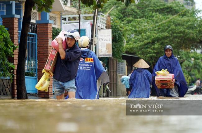 Người Huế tiếp tục lội bì bõm, bơi thuyền trong phố vì mưa ngập nặng nề - Ảnh 3.