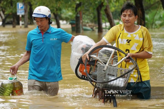 Người Huế tiếp tục lội bì bõm, bơi thuyền trong phố vì mưa ngập nặng nề - Ảnh 5.