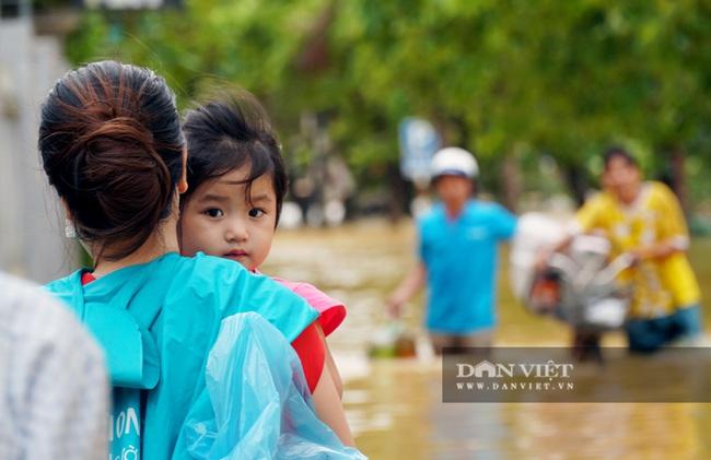 Người Huế tiếp tục lội bì bõm, bơi thuyền trong phố vì mưa ngập nặng nề - Ảnh 6.