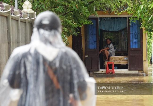Người Huế tiếp tục lội bì bõm, bơi thuyền trong phố vì mưa ngập nặng nề - Ảnh 8.