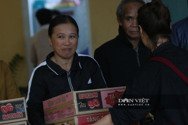 1000 suất quà cứu trợ của báo NTNN đến được với người dân Quảng Trị  - Ảnh 10.