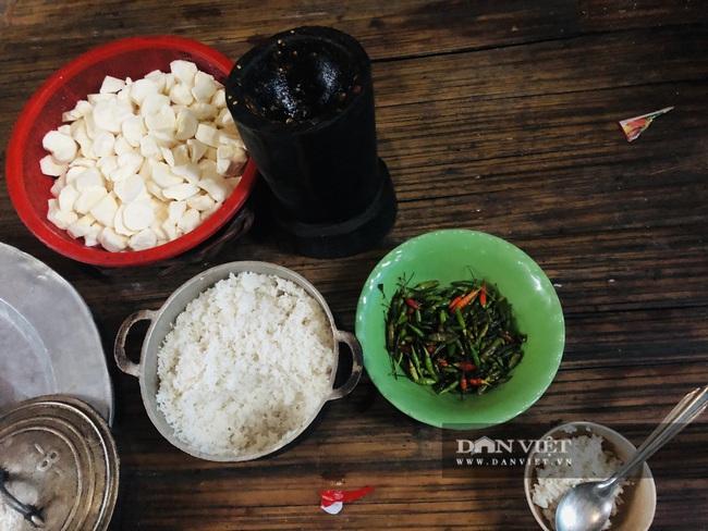 Bữa cơm độn sắn ăn kèm ớt của người dân vùng lũ  - Ảnh 1.
