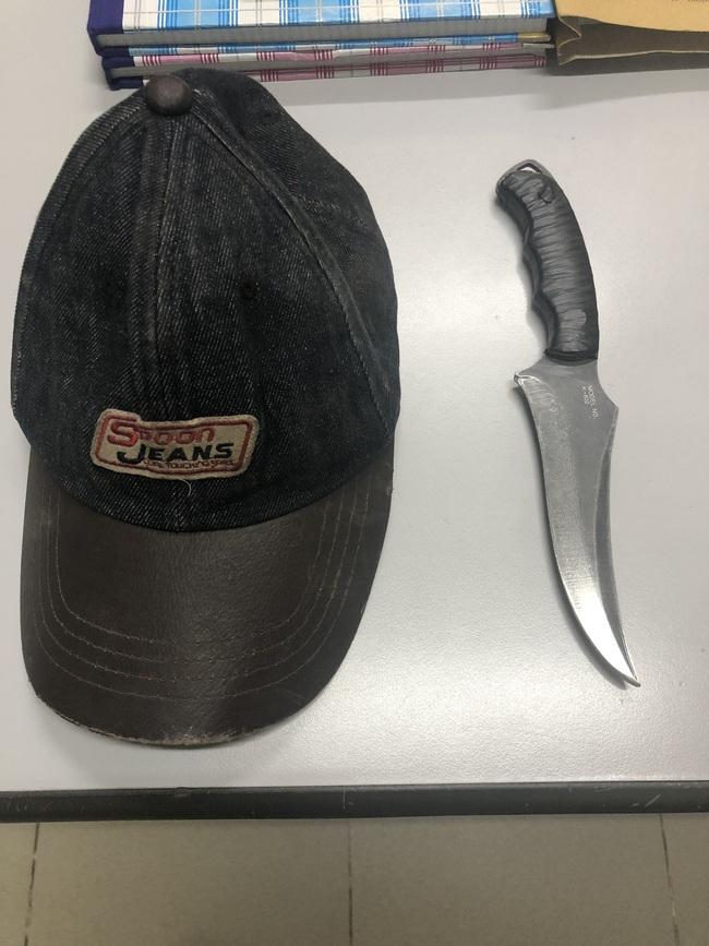 TPHCM: 2 thanh niên tông vào xe máy 2 cô gái rồi kề dao, bóp cổ cướp táo tợn - Ảnh 2.
