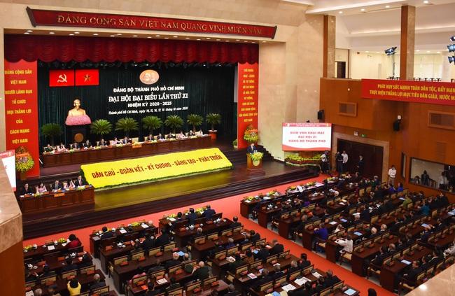 Phiên bế mạc Đại hội Đảng bộ TP.HCM: Các đại biểu chung tay ủng hộ vì miền Trung - Ảnh 1.