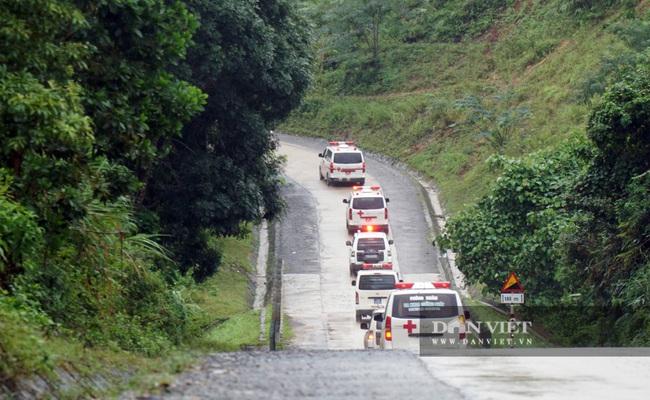 Hình ảnh đoàn xe cứu thương nối đuôi nhau đưa 22 chiến sĩ bị vùi lấp trở về - Ảnh 1.