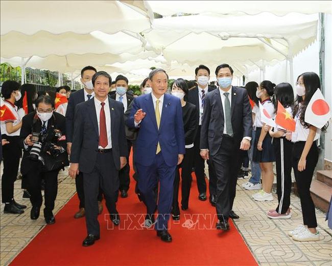 Thủ tướng Nhật kể với sinh viên Việt Nam chuyện từ con trai nông dân thành lãnh đạo nội các làm việc vì nhân dân - Ảnh 1.