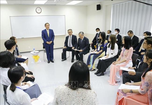Thủ tướng Nhật kể với sinh viên Việt Nam chuyện từ con trai nông dân thành lãnh đạo nội các làm việc vì nhân dân - Ảnh 3.
