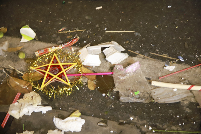 """Phùng Hưng: Phố """"đèn lồng"""" ngập trong rác đêm trung thu - Ảnh 4."""
