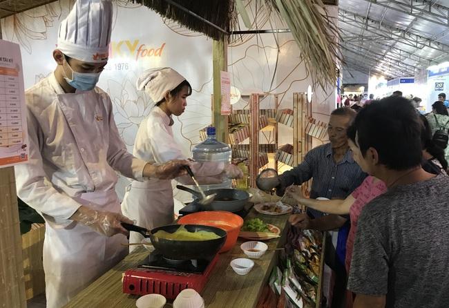 TP.HCM tiếp tục tổ chức hội chợ, giảm giá tới 49%, kích cầu mua sắm cuối năm - Ảnh 2.