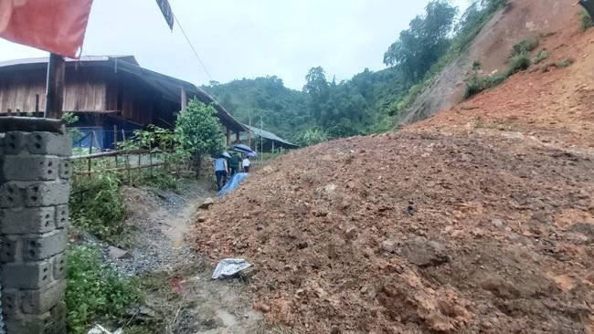 Thanh Hóa: Di dời 40 chiến sĩ và 9 gia đình vì nguy cơ sạt lở núi - Ảnh 2.