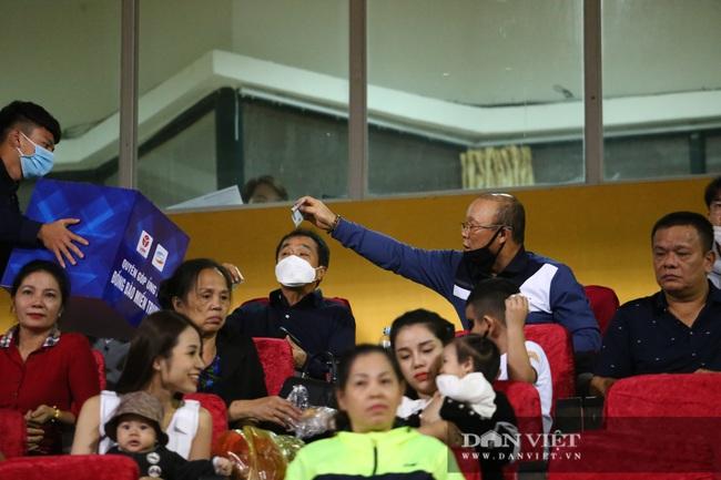 HLV Park Hang - seo rút ví ủng hộ ủng hộ đồng bào miền Trung ngay trên khán đài - Ảnh 5.