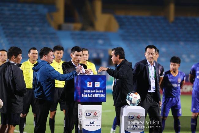 HLV Park Hang - seo rút ví ủng hộ ủng hộ đồng bào miền Trung ngay trên khán đài - Ảnh 2.