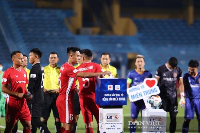HLV Park Hang - seo rút ví ủng hộ ủng hộ đồng bào miền Trung ngay trên khán đài - Ảnh 3.