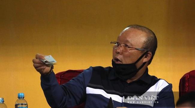 HLV Park Hang - seo rút ví ủng hộ ủng hộ đồng bào miền Trung ngay trên khán đài - Ảnh 4.