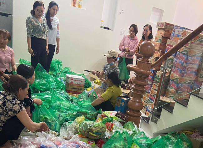 Hàng ngàn chiếc bánh chưng, mì tôm, nhu yếu phẩm từ Lâm Đồng hướng về miền Trung - Ảnh 1.