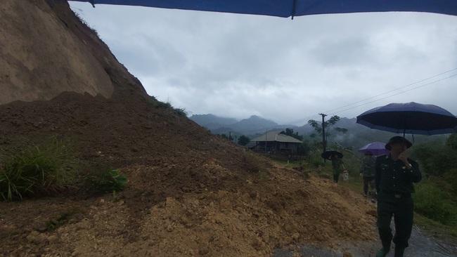 Thanh Hóa: Di dời 40 chiến sĩ và 9 gia đình vì nguy cơ sạt lở núi - Ảnh 4.