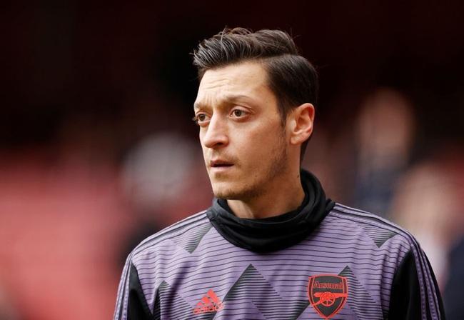 Ozil bị Arsenal loại khỏi Premier League và Europa League mùa này