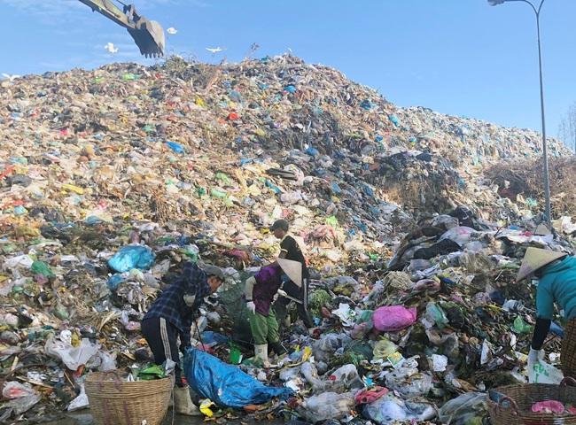 Lý do Trà Vinh phải bốc dỡ 30.000 tấn rác thải vận chuyển bằng xe đầu kéo sang Cần Thơ xử lý? - Ảnh 1.