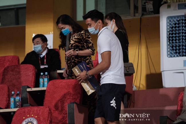 Văn Hậu và đồng đội tặng hoa nữ cổ động viên trên khán đài - Ảnh 5.