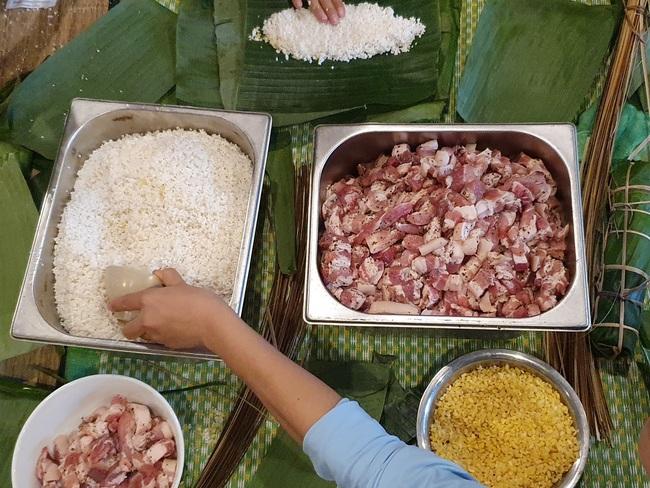 Đà Nẵng: Bếp bánh tét đỏ lửa giữa phố gửi về vùng lũ miền Trung - Ảnh 2.