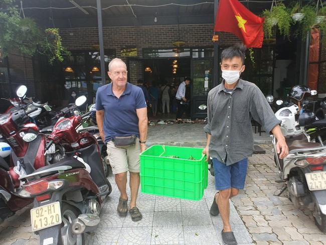 Đà Nẵng: Bếp bánh tét đỏ lửa giữa phố gửi về vùng lũ miền Trung - Ảnh 6.