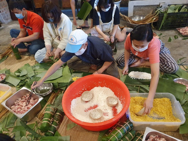 Đà Nẵng: Bếp bánh tét đỏ lửa giữa phố gửi về vùng lũ miền Trung - Ảnh 4.
