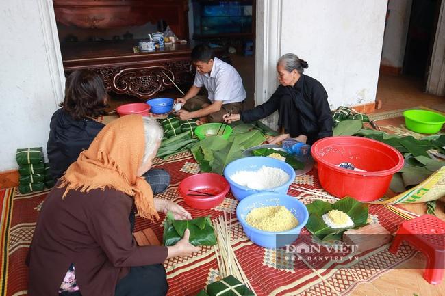 Người Hà Nội ngày đêm gói bánh chưng tặng đồng bào lũ lụt miền Trung - Ảnh 2.