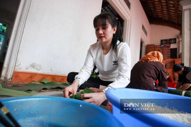 Người Hà Nội ngày đêm gói bánh chưng tặng đồng bào lũ lụt miền Trung - Ảnh 3.