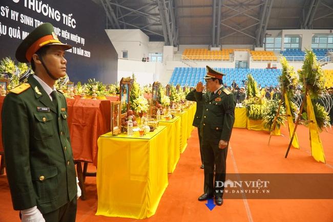 Lễ viếng, truy điệu 22 liệt sĩ Đoàn 337 hy sinh do sạt lở tại Quảng Trị  - Ảnh 5.