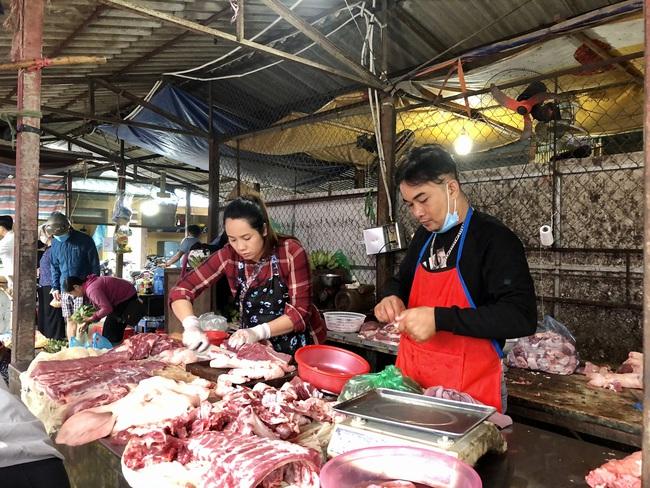 Giá thịt lợn giảm 20.000 đồng/kg, vì sao tiểu thương ở đây cười vui phấn khởi? - Ảnh 2.