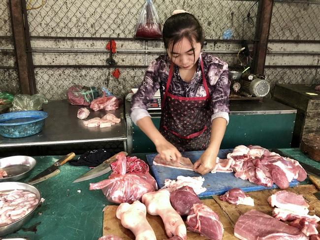 Giá thịt lợn giảm 20.000 đồng/kg, vì sao tiểu thương ở đây cười vui phấn khởi? - Ảnh 3.
