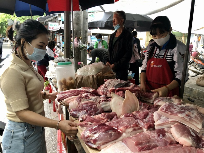 Giá thịt lợn giảm 20.000 đồng/kg, vì sao tiểu thương ở đây cười vui phấn khởi? - Ảnh 1.