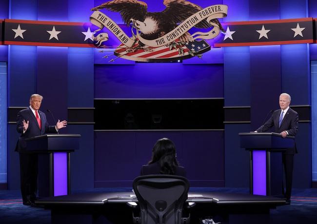 """Trực tiếp Trump - Biden xuất trận """"đấu khẩu"""" dữ dội trong cuộc tranh luận cuối cùng - Ảnh 1."""