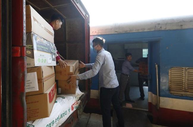 Vận chuyển đường sắt miễn phí hàng cứu trợ cho các tỉnh miền Trung - Ảnh 1.