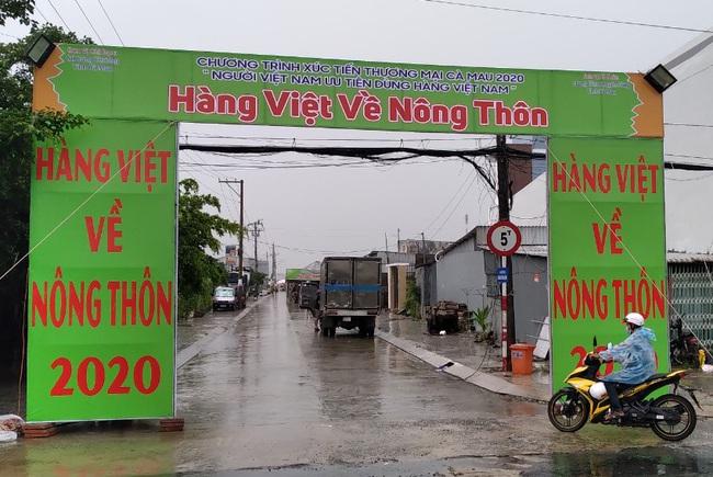 Cà Mau: Hàng ngoại xuất hiện tại phiên chợ đưa hàng Việt về nông thôn - Ảnh 1.