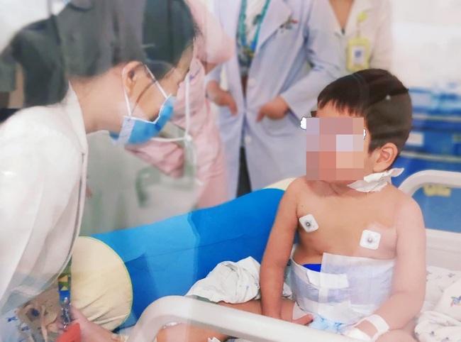 """Hy hữu: Cứu sống bé trai mắc bệnh """"máu ăn máu"""" - Ảnh 1."""