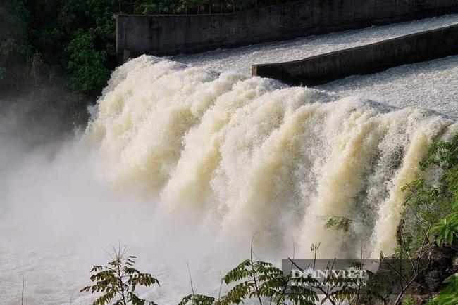 Hà Tĩnh: Hồ Kẻ Gỗ đang xả 250m3/s, sẽ tăng lưu lượng lên 300 - 400m3/s vào 7 giờ sáng mai - Ảnh 2.