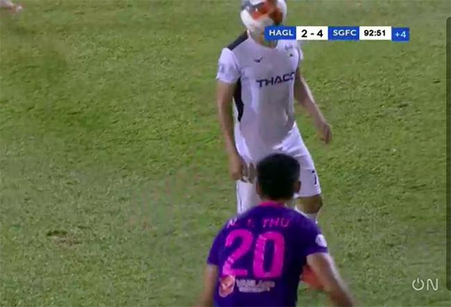 Clip: Cầu thủ Sài Gòn FC ném bóng vào mặt Hồng Duy của HAGL - Ảnh 1.