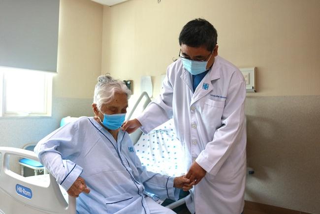Hy hữu: Cụ bà 105 tuổi vừa thay khớp háng, khớp gối, nội soi sỏi mật - Ảnh 1.