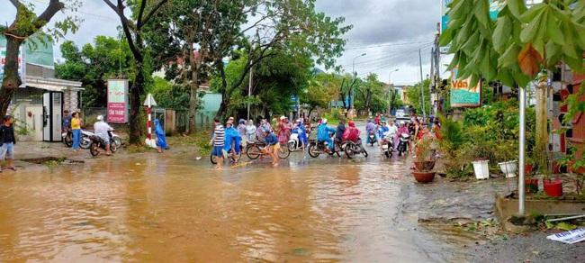 Quảng Ngãi: Một thị trấn chìm trong biển nước sau bão số 9 - Ảnh 1.