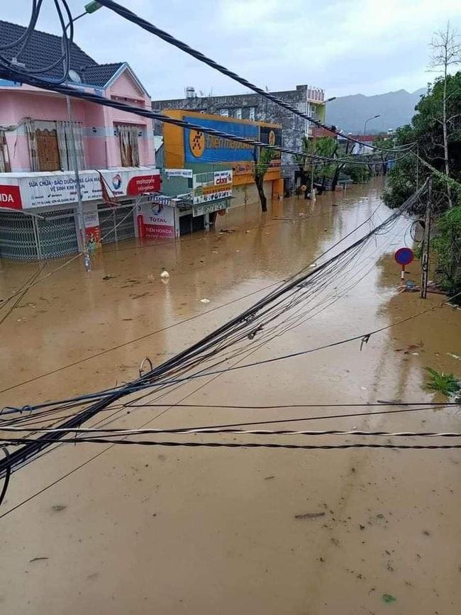 Quảng Ngãi: Một thị trấn chìm trong biển nước sau bão số 9 - Ảnh 4.